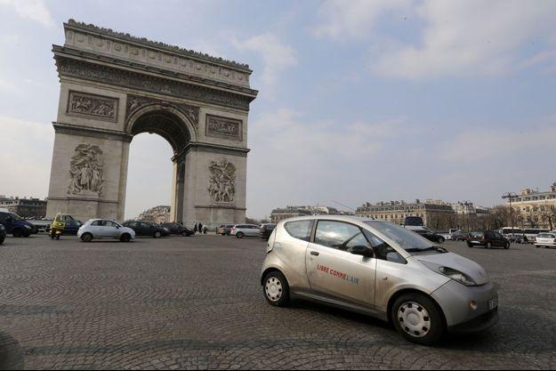 Une Autolib sur la place de l'Etoile, à Paris, en 2013.