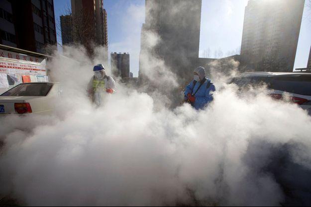 Des agents désinfectent les rues à Taiyuan en Chine.