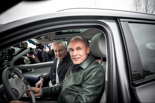 Bertrand Piccard présente la voiture à hydrogène à Bruno Le Maire et Elisabeth Borne, en novembre 2019.