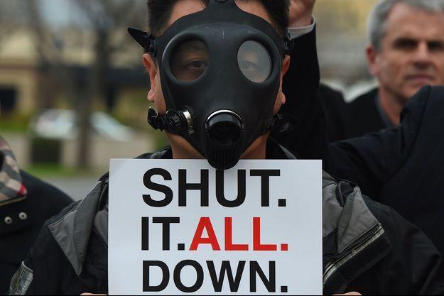 Un résident de Los Angeles manifeste suite à la fuite de gaz, qui a libéré plus de 100 000 tonnes de méthane.