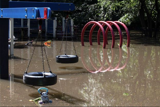 Un square submergé par les eaux à New York.