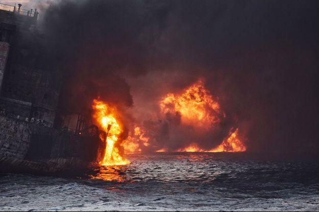 Le pétrolier Sanchi a longuement brûlé avant de sombrer au fond de l'océan, avec 136 000 tonnes d'hydrocarbures à son bord.