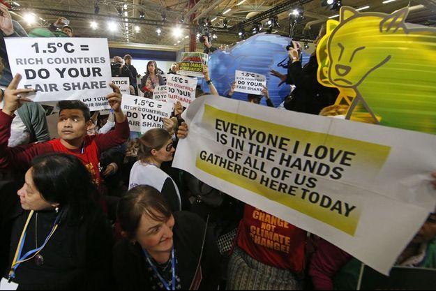 Rassemblement d'activistes pour le climat au Bourget, le 9 décembre.