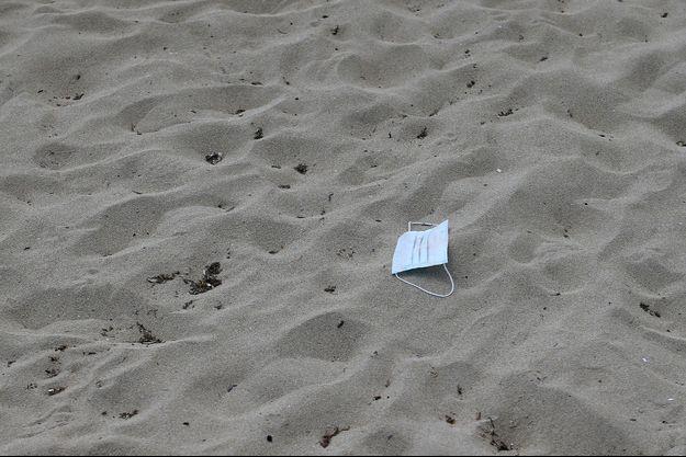 Un masque jeté sur une plage, à Palma de Majorque.