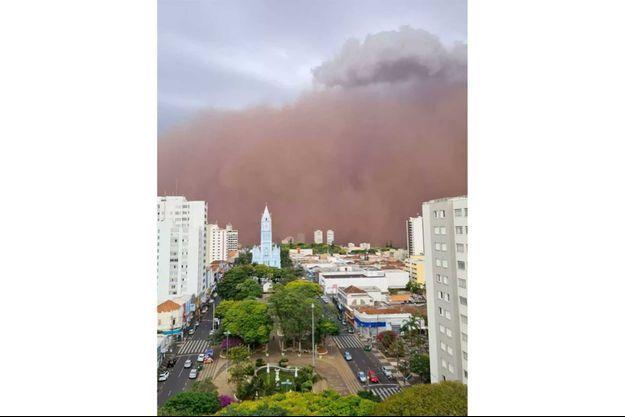 Un mur de sable se dressait devant les villes de Franca et Ribeirão Preto, au Brésil, le 26 septembre 2021.