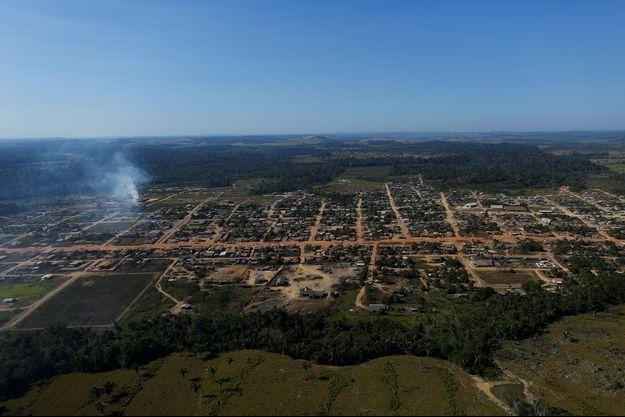 Vue aérienne d'une partie de la forêt amazonienne au Brésil, défrichée.