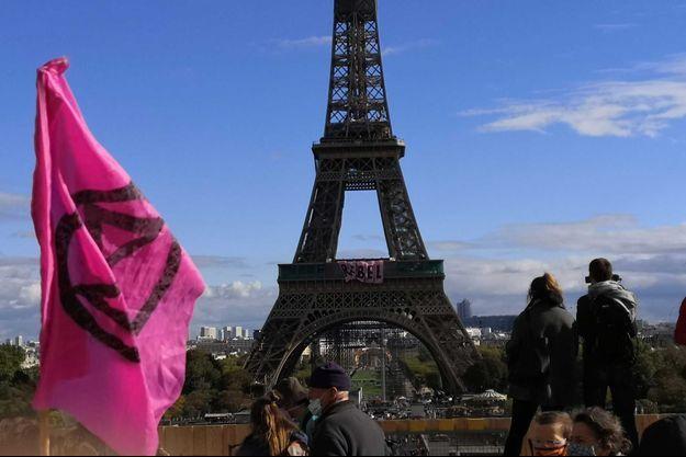 La banderole déployée sur la Tour Eiffel par le mouvement Extinction Rebellion, dimanche à Paris.