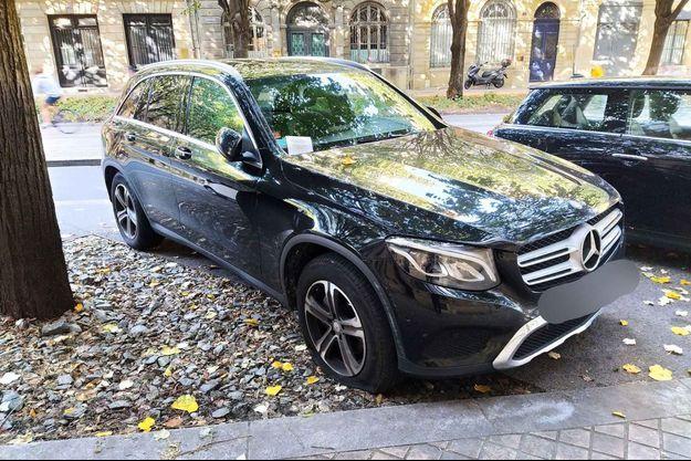 Un SUV Mercedes au pneu avant dégonflé par Extinction Rebellion, à Bordeaux.
