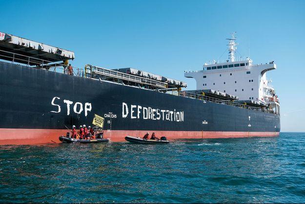 Le cargo Cabrillo et les activistes de Greenpeace.