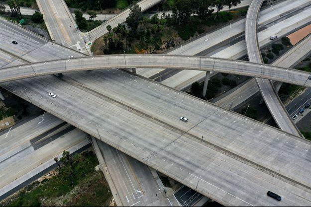 Une autoroute vide à Los Angeles, durant le confinement.