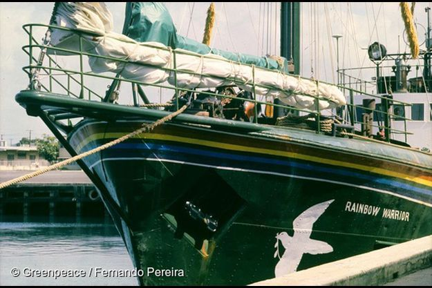 Le Rainbow Warrior photographié par Fernando Pereira qui perdra la vie lors du naufrage du bateau de Greenpeace commandité par l'Etat français.