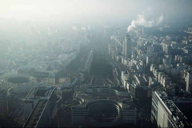 Vue de la tour Montparnasse, à Paris, lors d'un épisode de pollution le 29 décembre 2016.