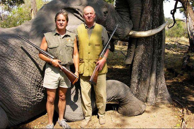 L'ancien roi d'Espagne Juan Carlos Ier (à droite) pose devant un éléphant qu'il vient d'abattre, au Botswana en 2006.