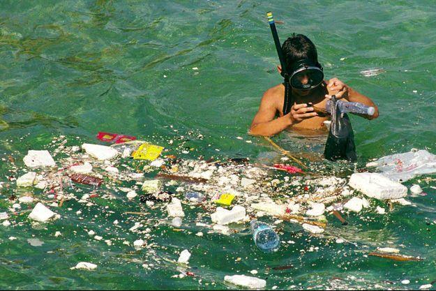 Illustration d'un homme ramassant des déchets dans la mer