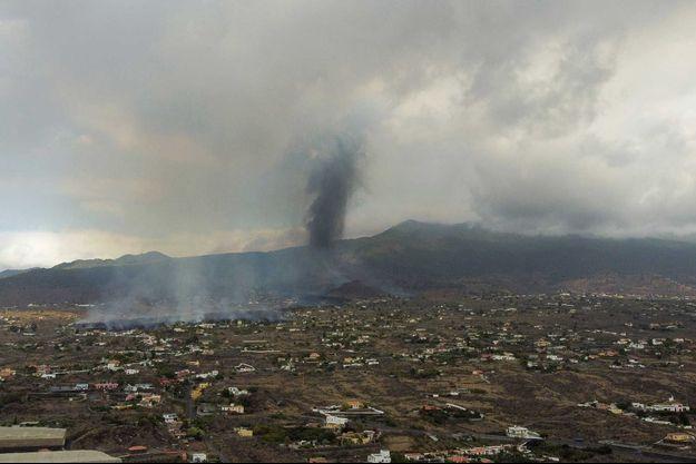 Des nuages créés après l'éruption du Cumbre Vieja.
