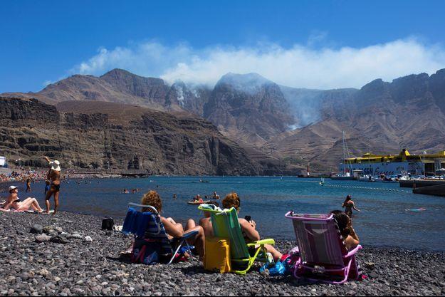 Des habitants regardent au loin l'incendie de Vallesco.