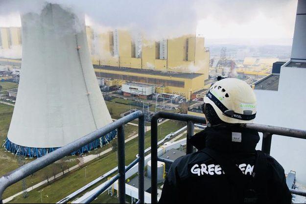 Un militant de Greenpeace regarde une cheminée de la centrale à charbon de Belchatow, en Pologne.