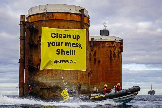 """Avec cette affiche """"Shell, nettoie derrière toi"""", disposée en mer du Nord, Greenpeace demande à Shell de démonter ses vieilles installations de forage pétrolier."""