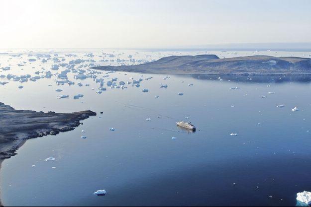 Partout sur le littoral, la glace recule, libérant des terres riches en minerais. En mer, au contraire, le nombre d'icebergs a considérablement augmenté sous l'effet de la fonte, rendant la navigation plus dangereuse.