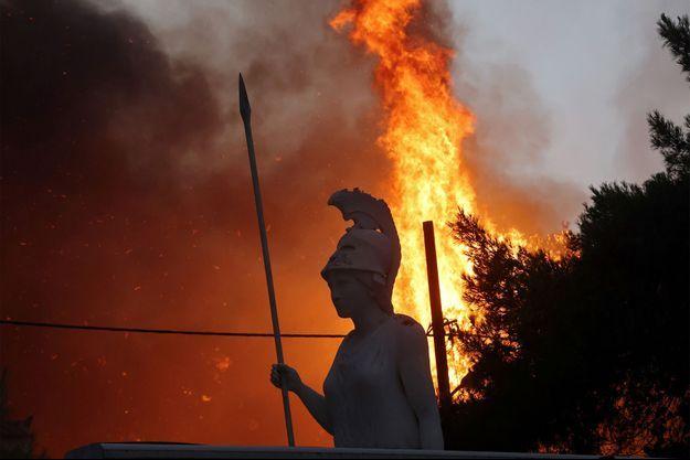 La déesse Athéna photographiée devant un incendie à Athènes.