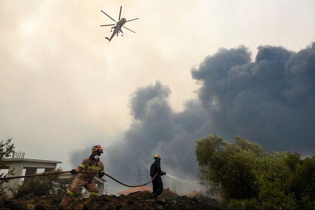 Les pompiers combattent les flammes en Frèce.