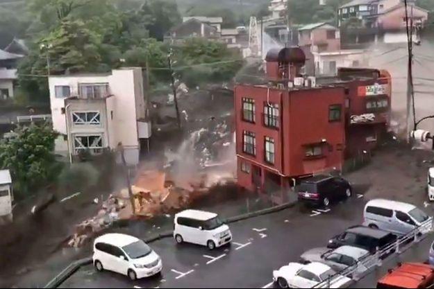 La pluie a provoqué un glissement de terrain à Atami, au Japon.