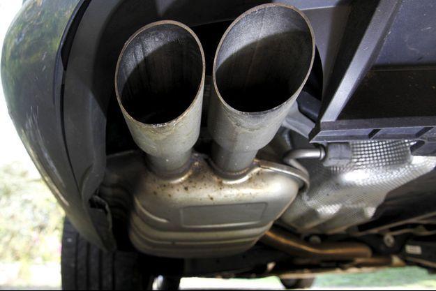 Le pot d'échappement d'une Volkswagen Passat TDI