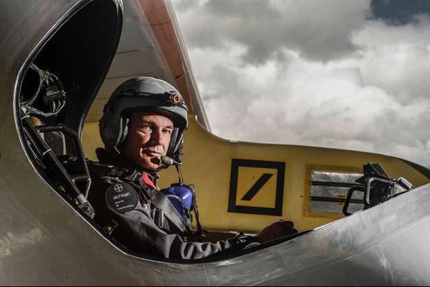Bertrand Piccard, psychiatre et aéronaute suisse, dans le cockpit de « Solar Impulse 2 », juste avant un vol d'essai.