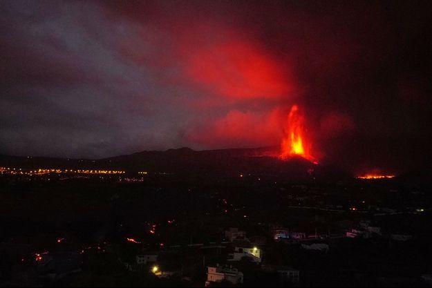 Le volcan Cumbre Vieja aux Canaries, continuait jeudi d'inquiéter l'île espagnole.