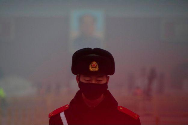 Un policier porte un masque anti-pollution en Chine.
