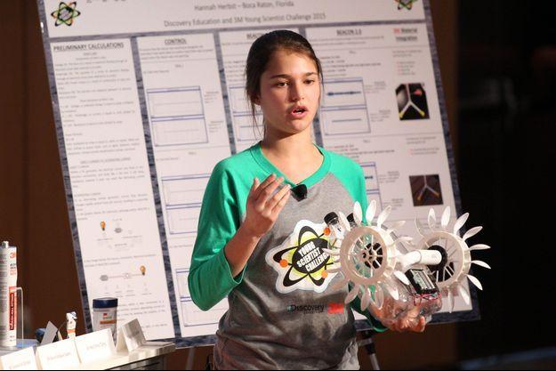 Hannah Herbst présente son invention en finale du concours.