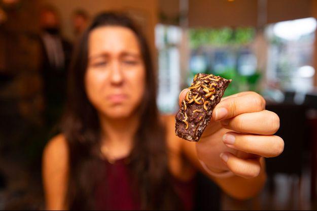 Un gateau au chocolat parsemé de vers croustillants.