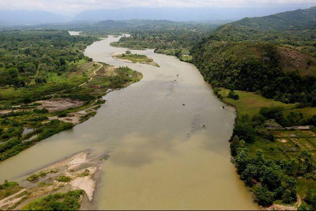 Vue aérienne de la rivière Sogamoso, affectée par la fuite d'huile, près de Barrancabermeja.