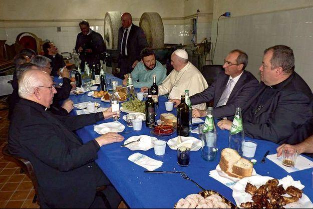 Déjeuner dans le pressoir. Autour du Pape, des employés de la ferme du Vatican, des amis argentins et l'artiste Alejandro Marmo (à sa droite).