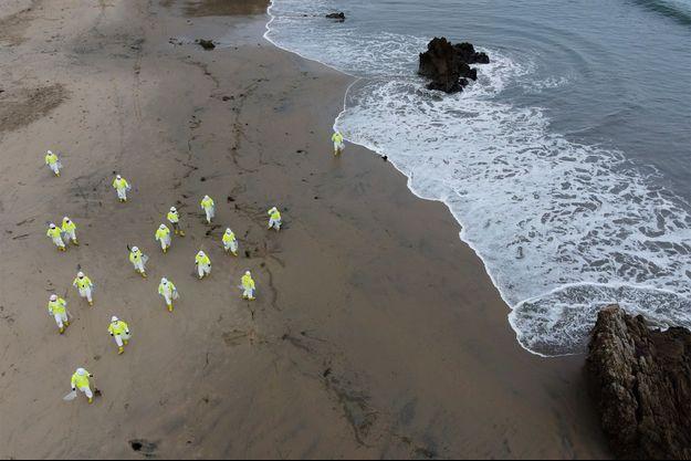 24 km de littoral du sud de Los Angeles ont dû être fermées au public après la découverte d'une marée noire le week-end dernier.