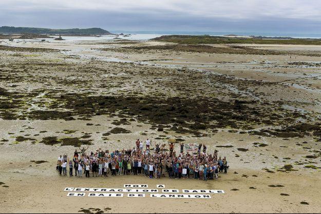 A l'île Grande, au large de Pleumeur-Bodou, toutes générations confondues, ils protestent.