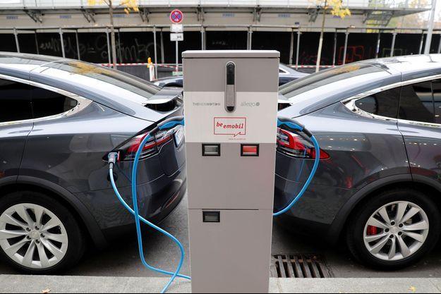 Deux Tesla en train de recharger.