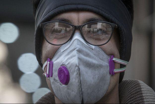 Un habitant de Téhéran porte un masque pendant un épisode de pollution.