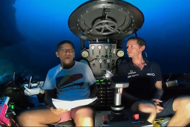 Le président des Seychelles, Danny Faure, s'est exprimé en direct sous la surface de l'océan Indien le 14 avril 2019.