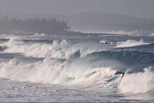 De puissantes vagues à l'île de la Réunion.