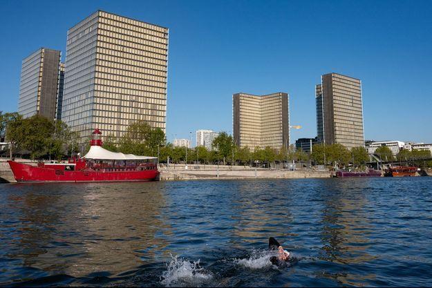 Arthur Germain nage dans la Seine à Paris, lors d'une session d'entrainement le 7 mai 2021.