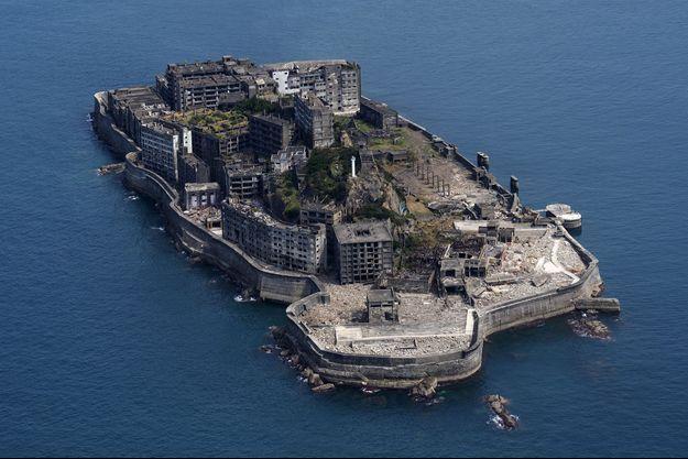 Après la découverte d'un gisement houiller en 1887, l'île Ha-shima accueille progressivement une mine puis une ville où résident les employés.