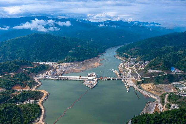 Vue aérienne du méga-barrage de Xayaburi sur le Mékong.