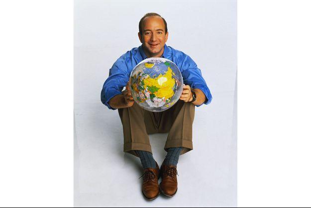 Jeff Bezos, en 1999, avec un globe terrestre dans les mains.