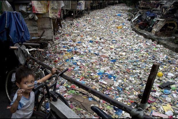 A Manille, capitale des Philippines, des familles entières vivent de ce cocktail toxique : la récupération des déchets.