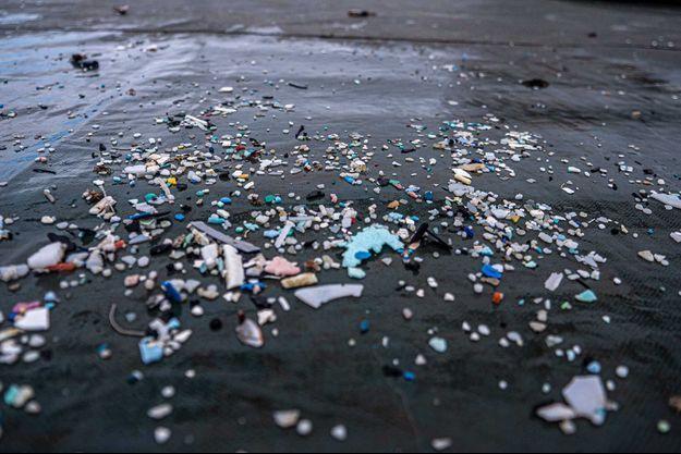 Des morceaux de plastique sur une plage.