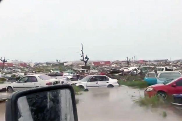 Une des îles Abaco s'est transformée en cimetière de voitures.