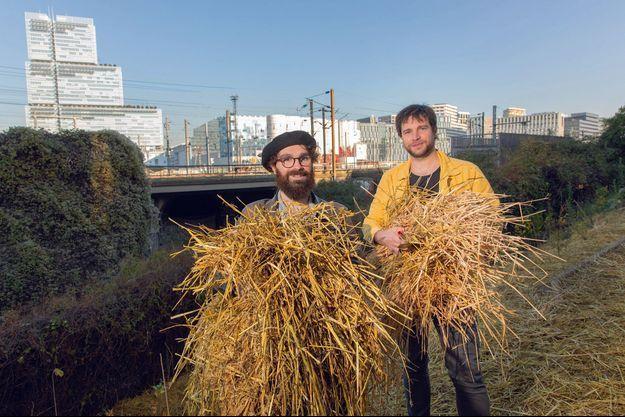 Enrico Fusto et Damien Saraceni, cofondateurs de l'association Boomforest sur le site de la forêt urbaine des Hauts-de-Malesherbes, à Paris.