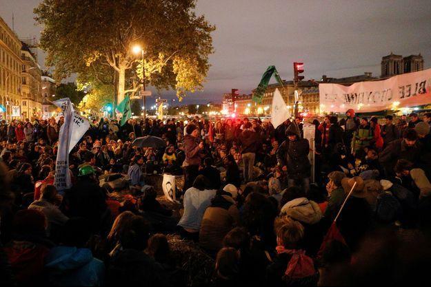Les militants d'Extinction Rebellion près de la place du Châtelet à Paris.