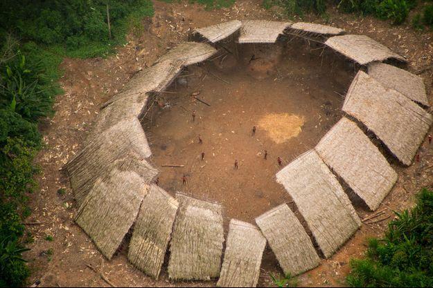 Vue aérienne du forum des Moxihatetema, tribu indienne mencaée par les orpailleurs